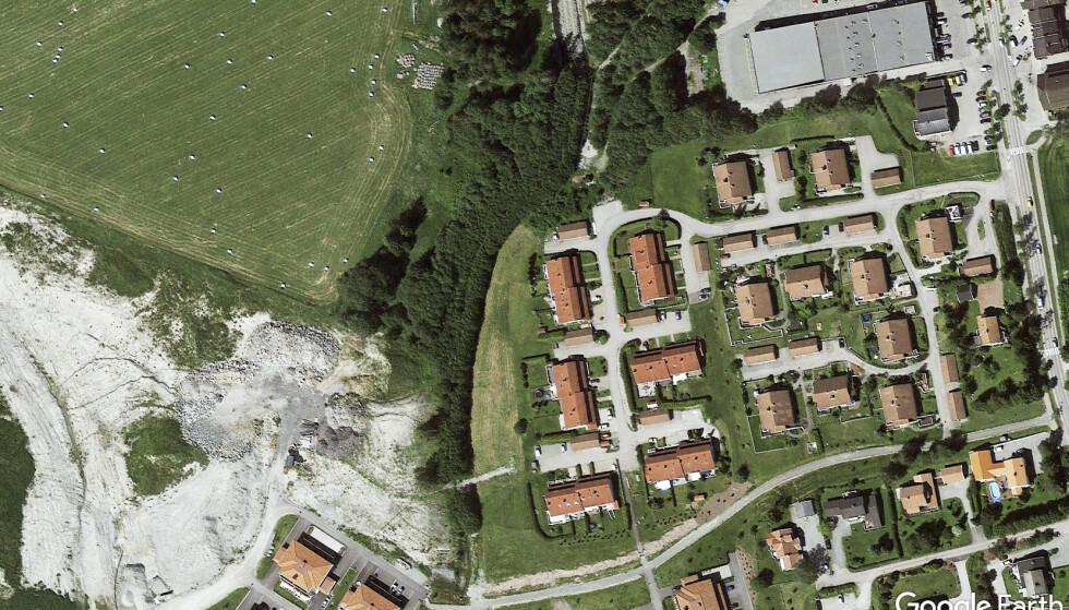 2015: Slik så byggefeltene Ingelstun og Viervangen ut i 2015, etter første fase av Viervangen- utbyggingen. Til venstre ses de to nordligste av de fire husene som ble oppført i første fase. Foto: Google Earth