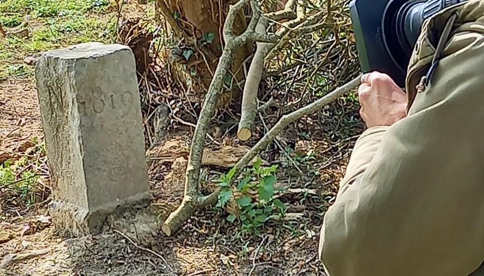 GRENSESTEINEN: Steinen har markert grensa mellom Belgia og Frankrike siden 1819. Foto: David Lavaux / Facebook