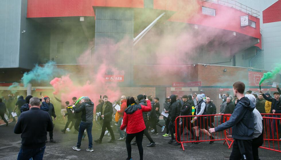 RASERI: Fansen var i harnisk utenfor Old Trafford før Liverpool-kampen. Foto: NTB