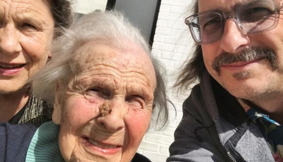 MORMOR: - Bestemor, Karin Felberg, ble nesten 102 år. Her er han sammen med mora, Toril. Foto: Privat