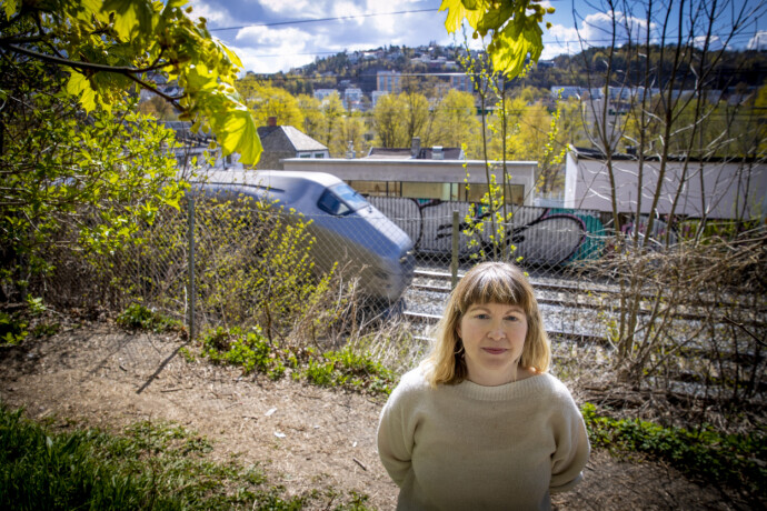 MÅ FLYTTE: Mirjam Abrahamsen og naboene må flytte fra «Hylla» på Oslos østkant innen 1. mai neste år. Boligene står i veien for den planlagte utvidelsen av jernbanenettverket i hovedstaden. Foto: Bjørn Langsem / Dagbladet