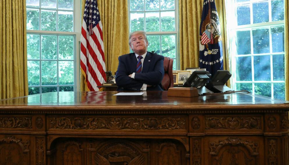 BAK PULTEN: Donald Trumps nye nettstedet heter « Fra skrivebordet til Donald J Trump». Foto: Leah Millis / Reuters / NTB
