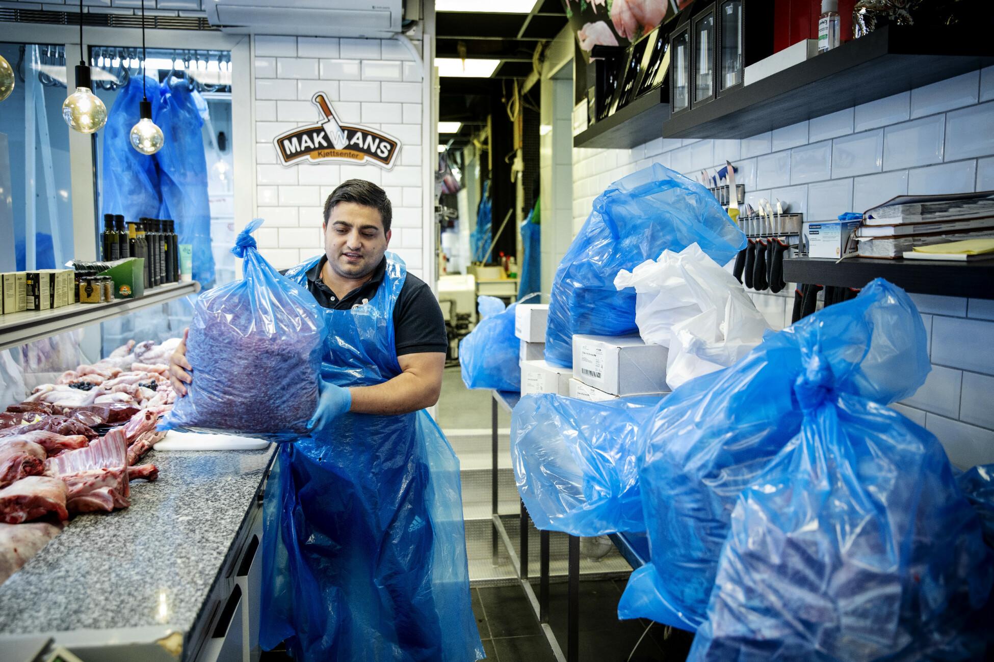 260 KG: Marius Larsen samler inn penger og donerer kjøtt fra Makwan Kjøttsenter. Her har Makwan Veysi pakket sammen litt over et kvart tonn kjøtt før onsdagens matutdeling. Foto: Nina Hansen / DAGBLADET