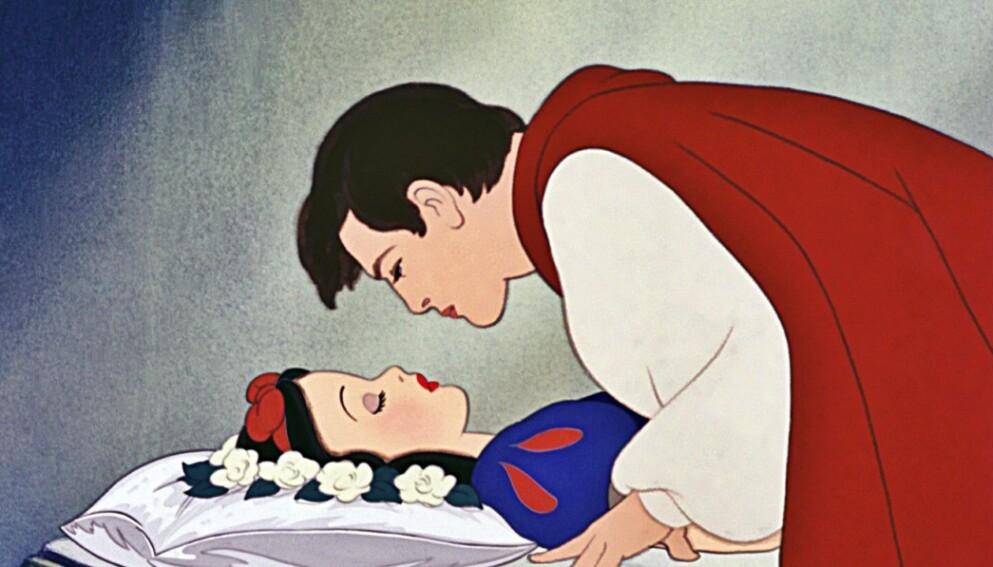 KRITISERER DETTE: I «Snehvit og de syv dvergene» vekkes tittelkarakteren til live av «kjærlighetens første kyss», etter at hun har falt inn i evigvarende søvn. Kysset kan representere ideen om den uovervinnelige kjærligheten som trumfer alt, men høster nå kritikk. Foto: Disney.