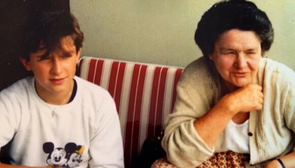 FARMOR: En 12-år gammel Thomas Felberg på besøk hos farmor Joan Tallo i London. Foto: Privat