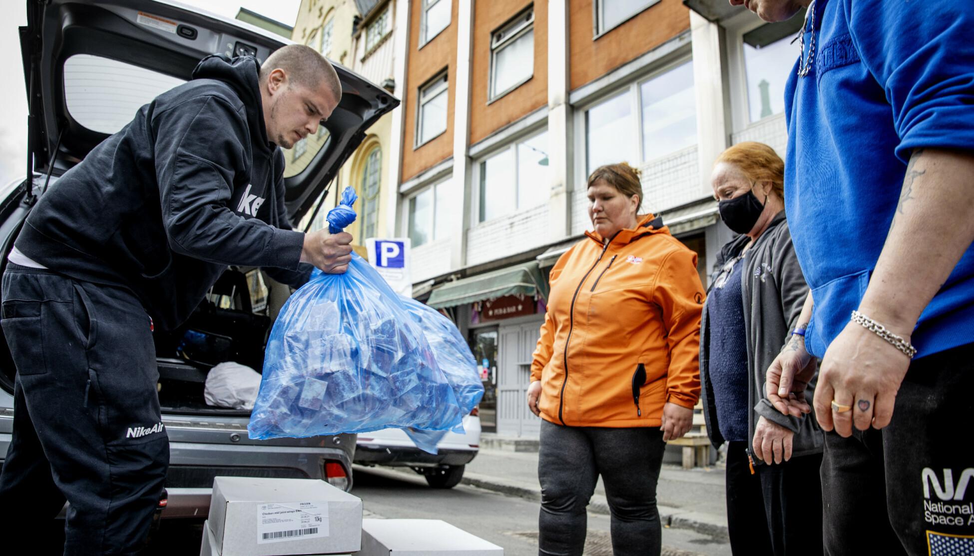 SAMLER INN: Marius Larsen ønsker å hjelpe dem som møter opp ved Fattighuset. Det gjør han ved å bringe store mengder kjøtt, som kan anrettes til middagsmat. Foto: Nina Hansen / DAGBLADET