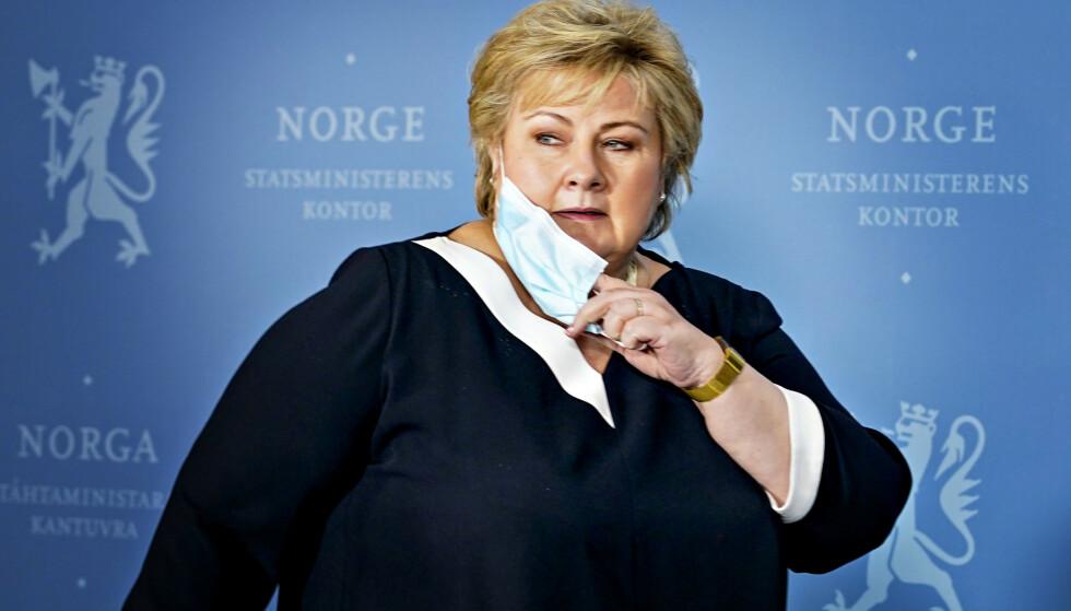 PASSER PÅ: Statsminister Erna Solberg under en pressekonferanse om coronasituasjonen onsdag. Foto: Gorm Kallestad / NTB