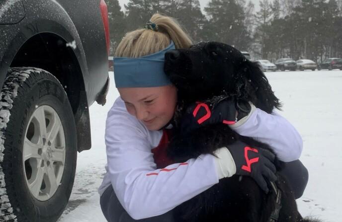 SAVN: Serine Evensen Høystad sier at hun savner hunden sin fælt, og håper Luna kommer til rette snart. Foto: Privat