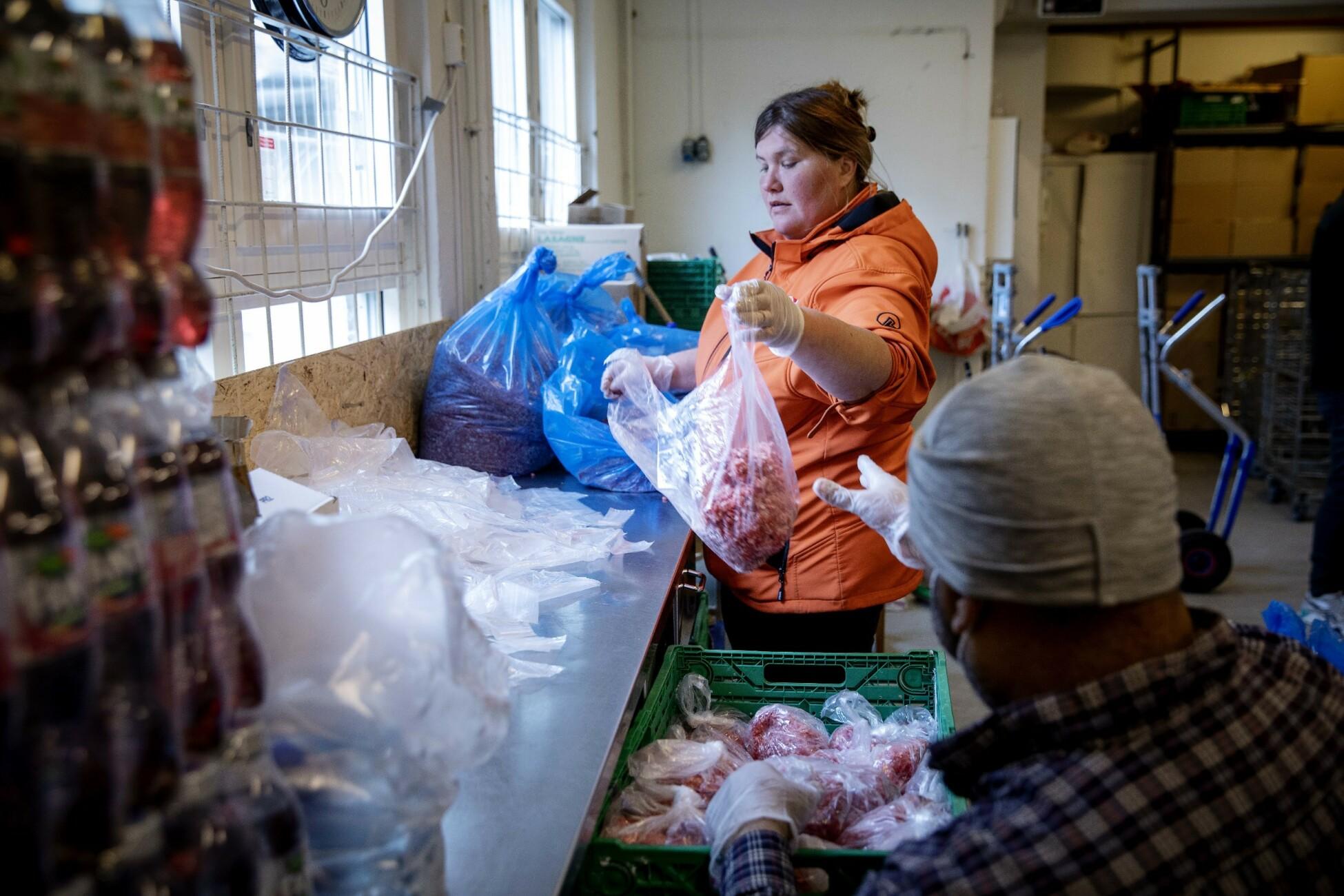 MAT: Kjøttet blir samlet til Fattighuset. Diana og Emil pakker om kjøttdeigen i passe porsjoner, klare til de som møter opp. Foto: Nina Hansen / DAGBLADET