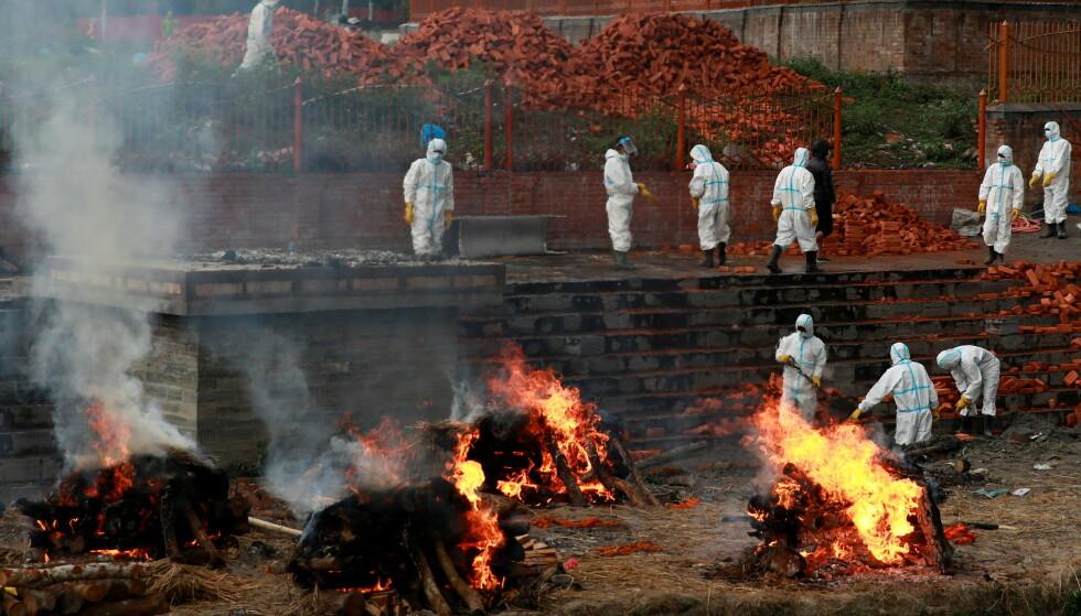 KREMATORIUM: Arbeidere i fullt smittevernutstyr jobber med å bygge ut et krematorium i Katmandu, Nepal, 5. mai. 2021. Foto: REUTERS/Navesh Chitrakar / NTB