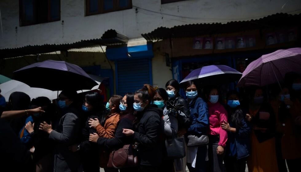 VAKSINEKØ: Kø for en dose av den kinesiske vaksina utenfor et sykehus i Lalitpur i Nepal, 22. april 2021. Foto: Narayan Maharjan/NurPhoto/Shutterstock / NTB