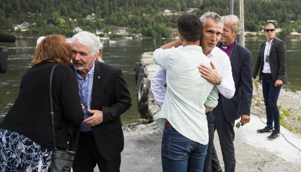 KLEM: NATOs generalsekretær Jens Stoltenberg (t.h) får en klem av daværende AUF-leder Mani Hussaini når han ankommer Utøya før minnemarkeringen på Utøya i 2017, seks år etter terrorangrepene 22. juli 2011. Foto: Jon Olav Nesvold / NTB