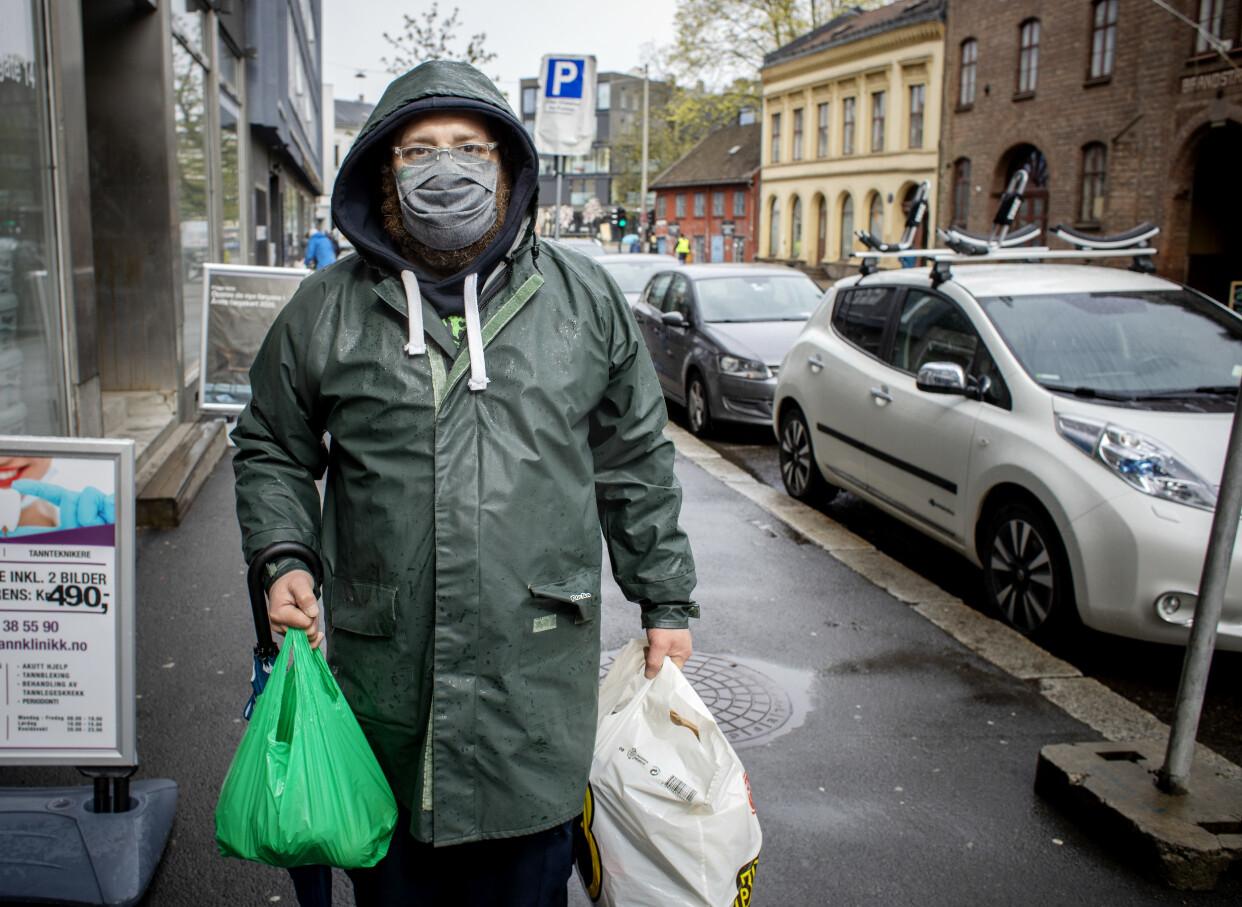 STÅR I MATKØ: Luis Lopez står med matposene han har fått utdelt av Fattighuset onsdag 05. mai. Foto: Nina Hansen / DAGBLADET