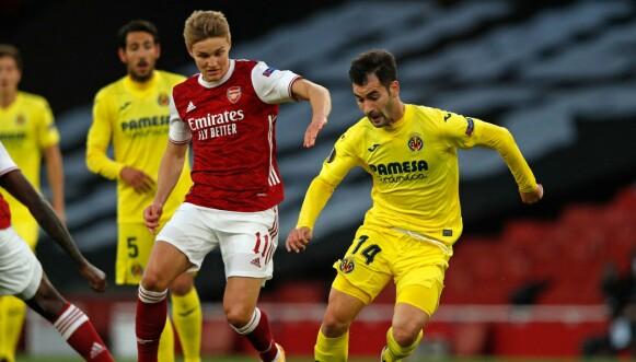 HENGENDE ETTER: Martin Ødegaard og Arsenal måtte gi tapt for Manu Trigueros og Villarreal. Foto: Adrian DENNIS / AFP
