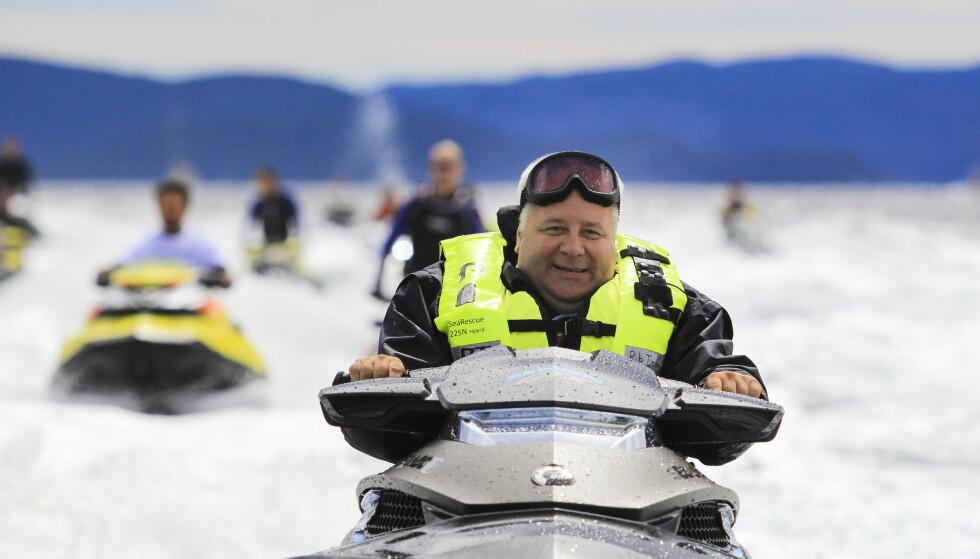GLAD I MOTOR: Bård Hoksrud liker både vannscooter og bil, og mener han vet at Sp snart vil forby salg av bensin- og dieselbiler. Foto: Vegard M. Aas / NTB