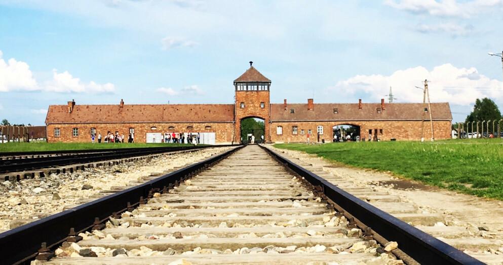 BEKLAGER: TripAdvisor beklager at de publiserte en upassende anmeldelse av Auschwitz. Foto: Shutterstock / NTB