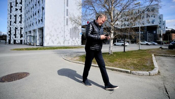 GÅR I ETT: Åge Hareide har travle dager før seriestart. Her sjekker han telefonen utenfor Brakka på Lerkendal. Foto: Ole Martin Wold