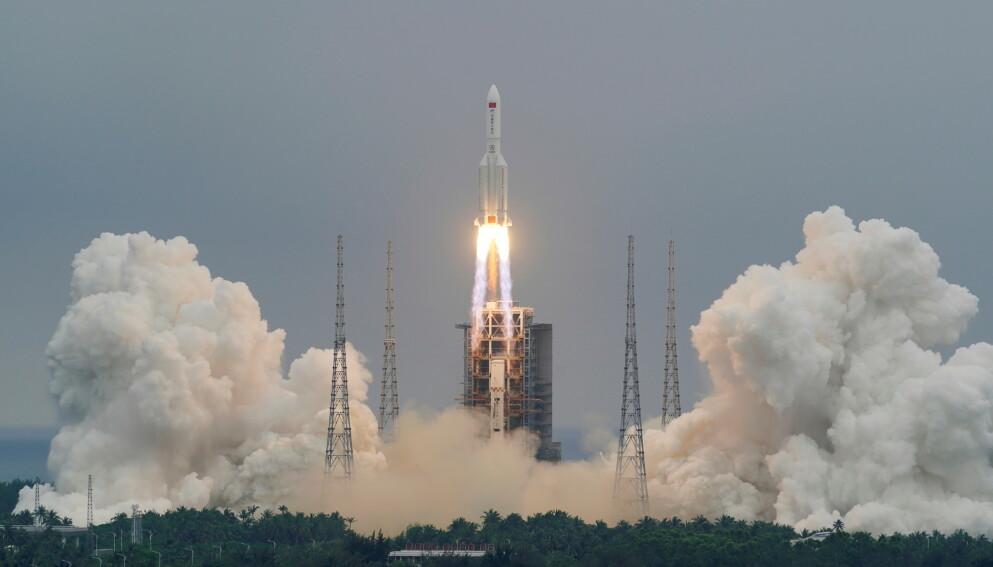 FALT UKONTROLLERT: Raketten Long March 5B ble brukt til å sende ut hovedmodulen til Kinas nye romstasjon. Her fra oppskytningen i Wenchang i april i år. Foto: AP / NTB