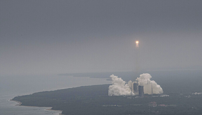 PÅ VEI MOT JORDA: Rakettdelen som er på vei mot jorda er 30 meter lang og veier mellom 17 og 22 tonn. Foto: NTB