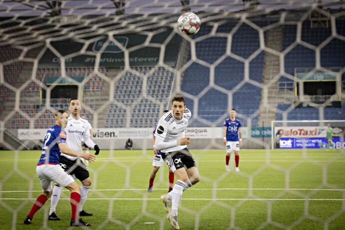 UMARKERT: Kristoffer Zachariassen fikk en enkel oppgave med å heade ballen i mål. Foto: Bjørn Langsem / Dagbladet