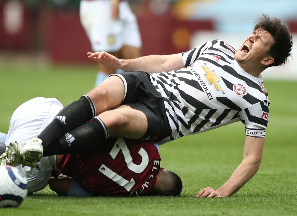 SMELL: Harry Maguire ble kastet i bakken i en duell med Aston Villas Anwar El Ghazi. Foto: NTB
