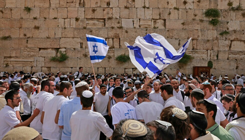 Celebrating: Jews stand in front of the Wailing Wall to commemorate - and celebrate - Jerusalem Day as Israel brings Jerusalem and the Old City under its control in connection with the 1967 war.  Just above the wall is the most sacred place for the Palestinians: Haram al-Sharif.  Photo: AFP / NTB