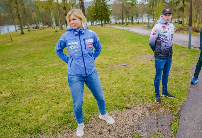 FRUSTRERT: Maren Lundby vil gjøre som Halvor Egner Granerud (til høyre), men får ikke lov. Her fra pressekonferansen til hopplandslaget på Sognsvann i Oslo mandag. Foto: Stian Lysberg Solum / NTB