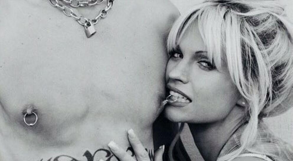SER DU HVEM DETTE ER?: En serie basert på Pamela Anderson og Tommy Lees sextape kommer til høsten. Førstnevnte spilles av Lily James som her er i karakter. Foto: Hulu