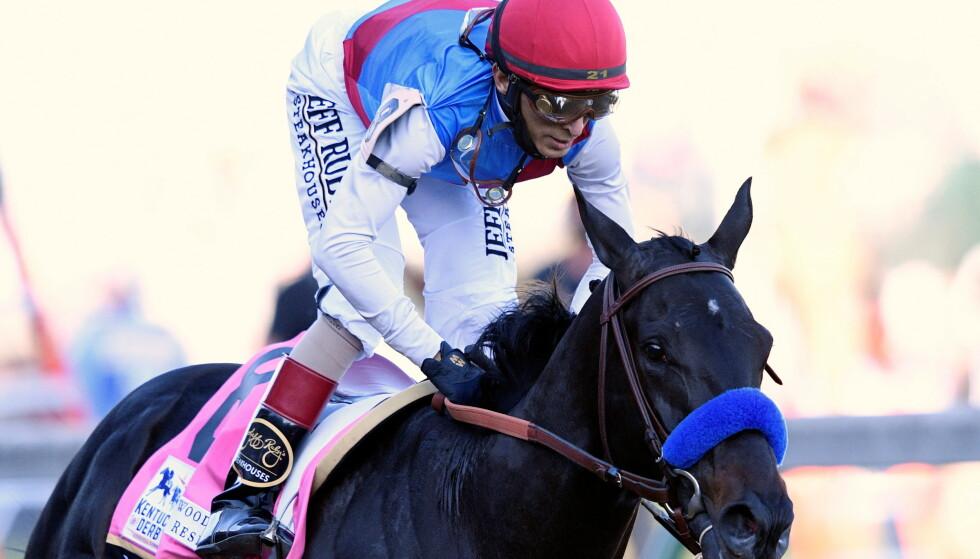 SKANDALELØP: Jockeyen John Velazquez og hesten Medina Spirit risikerer å miste seieren i Kentucky Derby. Foto: NTB