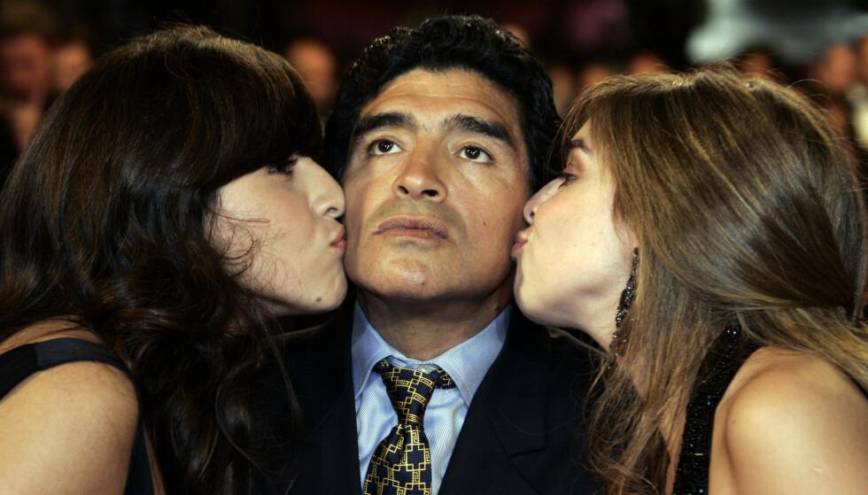 I SENTRUM: Maradona får et kyss av døtrene Giannina Dinorah (t.v.) og Dalma Nerea under en filmvisning i Cannes. Foto: Francois Mori/AP/NTB