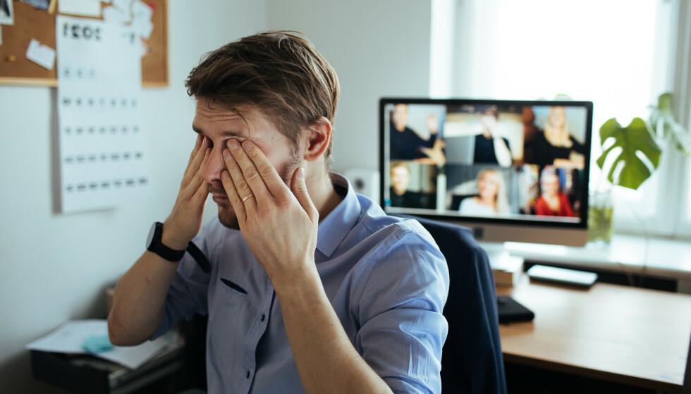 UTMATTET: Flere rapporterer om utmattelse etter videomøter, men menn opplever det likevel i mindre grad enn kvinner. Illustrasjonsfoto: Shutterstock / NTB Scanpix