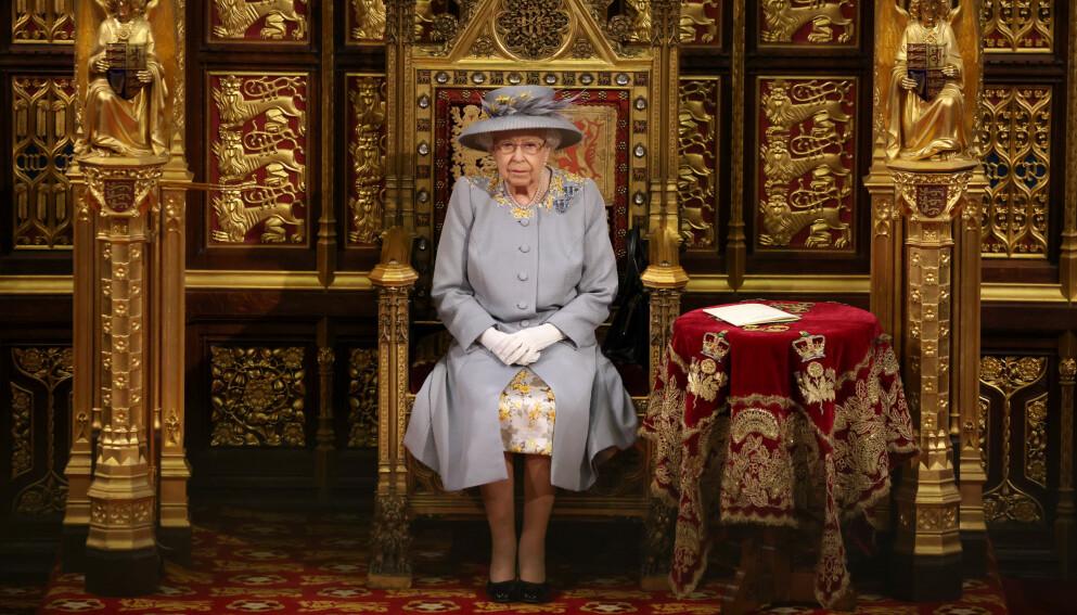 MAJESTET: Dronning Elizabeth sitter for første gang alene under åpningen av Parlamentet. Foto: Chris Jackson /PA Photos / NTB