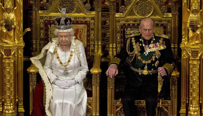 SAMMEN: Normalt ville prins Philips trone vært plassert rett ved siden av dronning Elizabeths. Nå er den imidlertid fjernet. Her avbildet i 2012. Foto: Alastair Grant / AP Photo / NTB