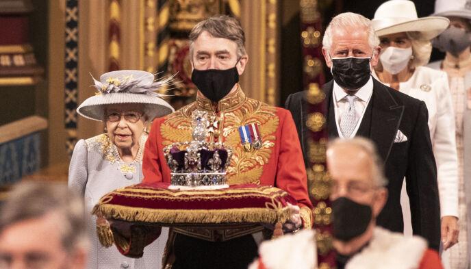 DROPPET KRONA: I år hadde dronninga byttet ut krona med en hatt. I stedet ble den båret på en pute. Foto: Richard Pohle / Pool via AP / NTB