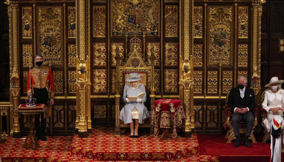 SATT ALENE: Dronningas trone står nå alene, etter at prins Philips er fjernet - for første gang på 120 år. Til høyre i bildet sitter prins Charles og kona Camilla, og på venstre side er dronningens krone plassert. Foto: Chris Jackson / PA Photos / NTB
