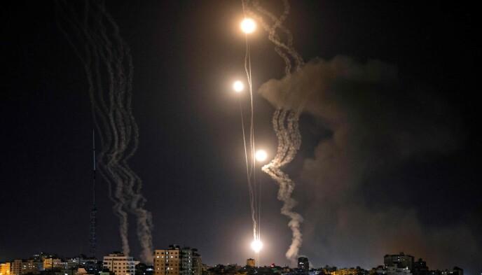 MOT ISRAEL: Raketter skytes fra Gaza mot Israel tirsdag kveld. Foto: Mohammed Abed / AFP / NTB