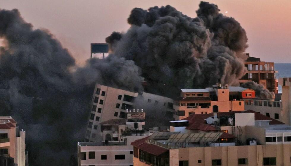 KOLLAPSET: En boligblokk i Gaza kollapset etter et israelsk flyangrep tirsdag kveld. Foto: Mahmud Hams / AFP / NTB