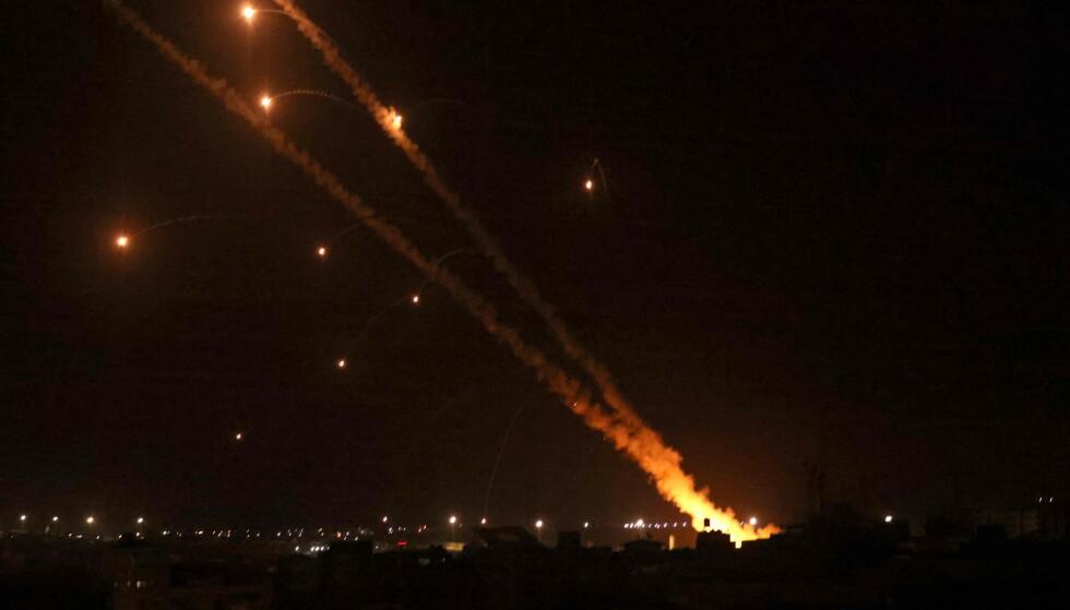 MER MÅLRETTET: Raketter fra Hamas har haglet over områder i Israel de siste dagene. Her fra et angrep onsdag kveld. Foto: Said Khatib / AFP / NTB