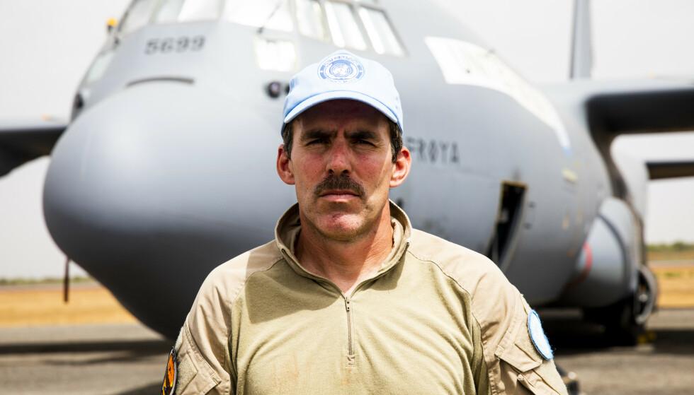 VIKTIG OPPDRAG: Styrkesjef Jens Bolstad starter ofte tidlig på morningen med å planlegge dagens flyoppdrag. Foto: Forsvaret