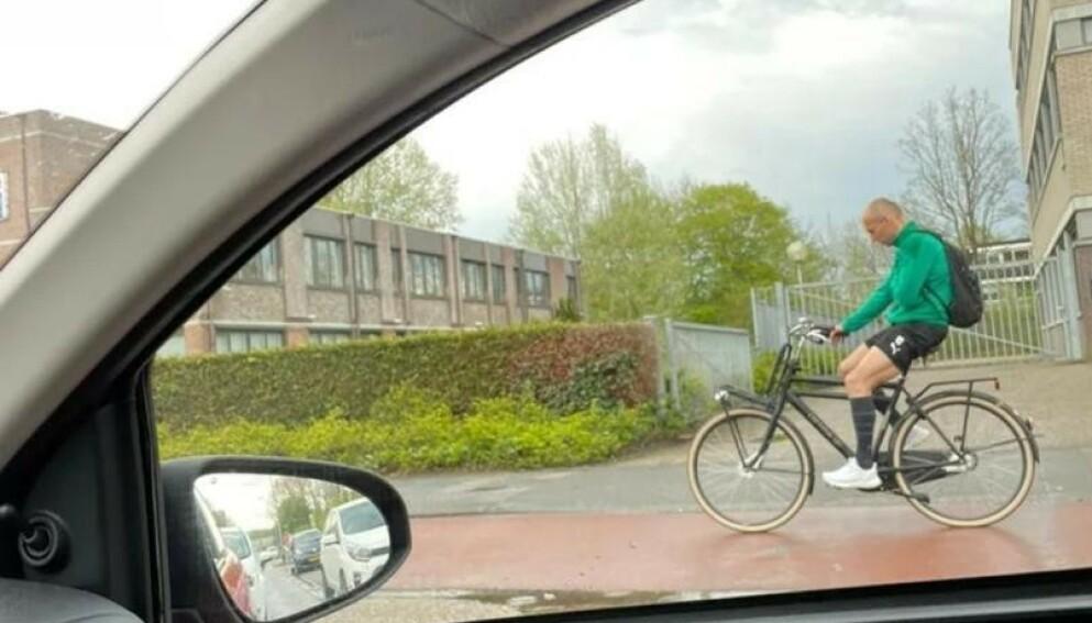 SYKLA: Arjen Robben valgte sykkelen som framkomsmiddel da han skulle reise hjem etter helgas kamp. Foto: Twitter/Romke van der Weerd