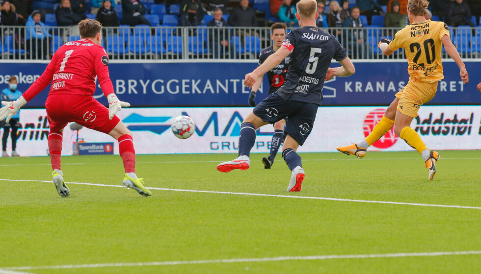 NY SCORING: Bodø/Glimts Erik Botheim (th) setter 0-2 forbi keeper Sean McDermott i eliteseriekampen i fotball mellom Kristiansund og Bodø/Glimt på Kristiansund Stadion. Foto: Svein Ove Ekornesvåg / NTB