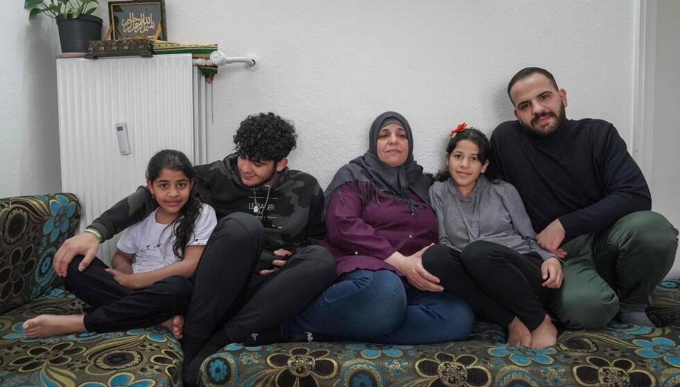 I LIMBO: Mor Sabrina al-Fayyad i midten sitter sammen med familien som har mistet oppholdstillatelsen i Danmark. Familien stilte til intervju med AFP tidligere i mai og snakket om den usikre situasjonen. Foto: Tom LITTLE / AFP / NTB