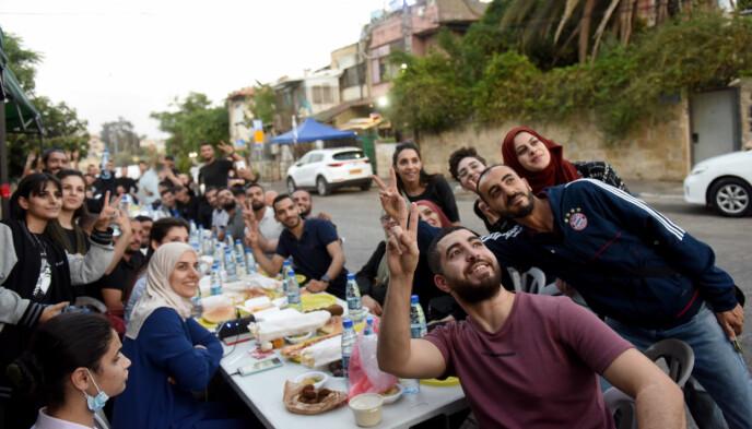 NORMALITET I KAOSET: Mens verdens øyne er rettet mot bombingen av Gaza og rakettene ut fra samme område, inntar disse palestinerne iftar-måltidet i Sheikh Jarrah, i Øst-Jerusalem. Foto: Shutterstock / NTB