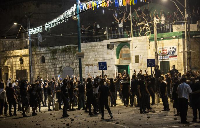 SVÆRT SPENT: I en rekke byer i Israel meldes det om bråk, slåsskamper, steinkasting og sammenstøt mellom israelske borgere - jøder og israelske arabere. Her fra byen Lod. Foto: AP / NTB