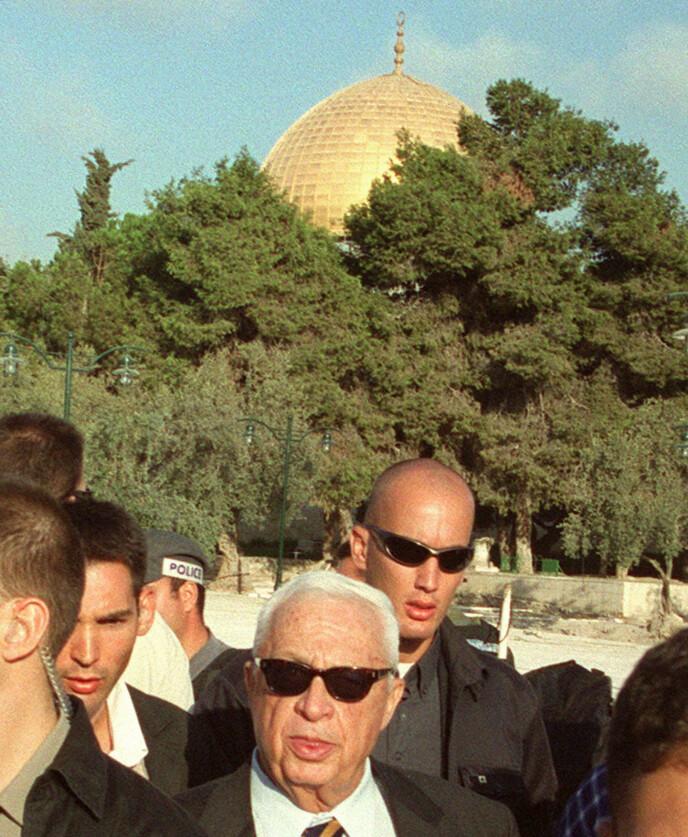 PROVOKASJON: September 2000 besøkte daværende opposisjonsleder for høyresiden - og seinere statsminster i Israel - Ariel Sharon, Tempelhøyden, eller Haram al-Sharif som palestinerne kaller den. Det førte til enormt raseri blant palestinere, som igjen startet en ny intifada, og flere år med vold mellom Israel og palestinere. Foto: AFP / NTB
