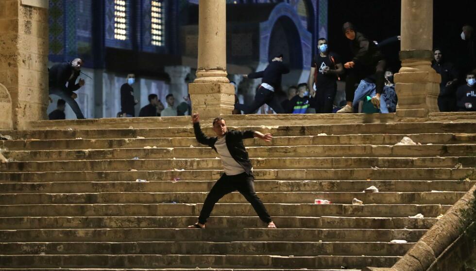 SYMBOL-VERDI: Sammenstøtene mellom palestinere og israelsk opprørspoliti på Tempelhøyden/Haram al-Sharif, med den tredje helligste moskeen i islam, al-Aqsa, har enorm symbol-verdi og skaper sinne over hele den arabiske verden. Foto: Reuters / NTB