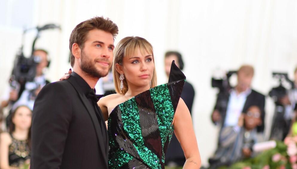 EKSPAR: Miley Cyrus og Liam Hemsworth var et av Hollywoods heteste par. Her avbildet sammen under Vanity Fairs Oscar party våren 2018. Foto: ANGELA WEISS / AFP / NTB