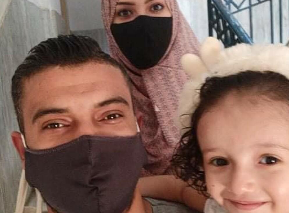 REDDE: Youssef Hammash (29), hans høygravide kone Manal (25) og lille Eliaa på tre år bor nå hos Hammash sine besteforeldre i flyktningleiren Jabaliya, nord på Gaza-stripen. De har flyktet tre ganger på to dager, men føler seg ikke trygge. Foto: Privat
