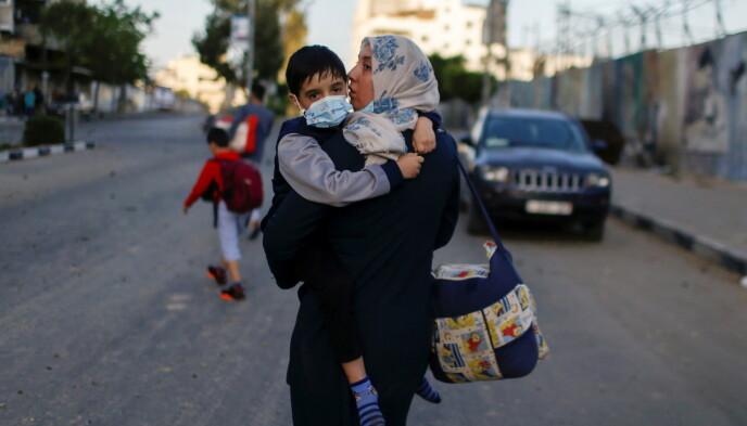 PÅ FLUKT OVERALT: Om du drar rundt i Gaza, vil du se folk gå redde rundt i gatene, på jakt etter et tryggere sted å være. Foto: Reuters / NTB
