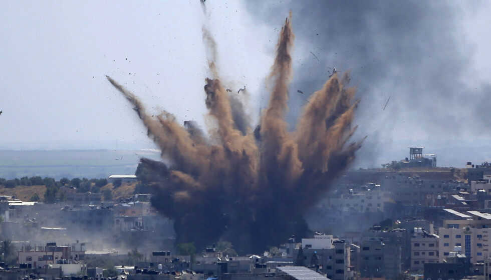 GAZA: Røyk stiger etter et isrealsk luftangrep mot en bygning på Gaza torsdag. Foto: Hatem Moussa / AP / NTB